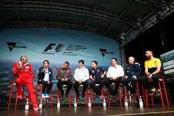 Руководитель команды Ferrari Маурицио Арривабене, руководитель Sauber Мониша Кальтенборн, руководитель команды Haas F1 Гюнтер Штайнер, совладелец и исполнительный директор Mercedes AMG F1 Тото Вольф, руководитель Red Bull Racing Кристиан Хорнер, гоночный д