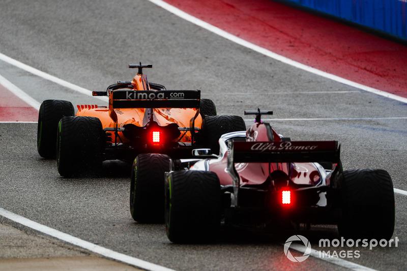 Fernando Alonso, McLaren MCL33, e Marcus Ericsson, Alfa Romeo Sauber C37, lasciano la pit lane