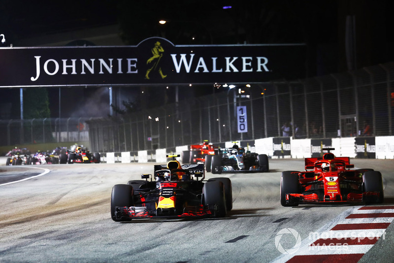 Max Verstappen, Red Bull Racing RB14, battles with Sebastian Vettel, Ferrari SF71H, at the start of the race