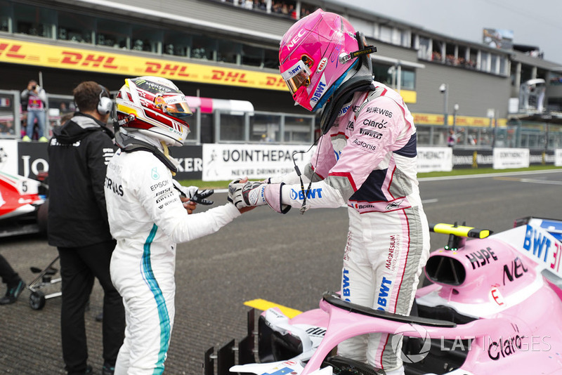 Esteban Ocon, Racing Point Force India con Lewis Hamilton, Mercedes AMG F1