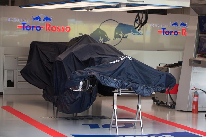 La Scuderia Toro Rosso STR13 couverte au garage