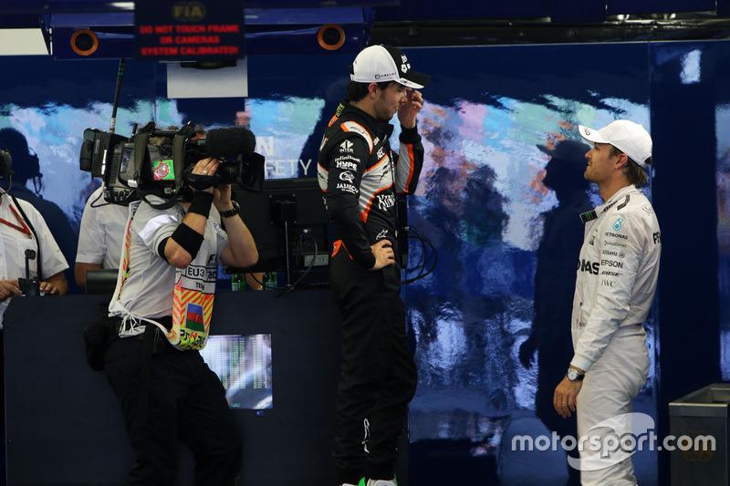 Nico Rosberg, Mercedes AMG F1 con Sergio Pérez, Sahara Force India F1 en parc ferme