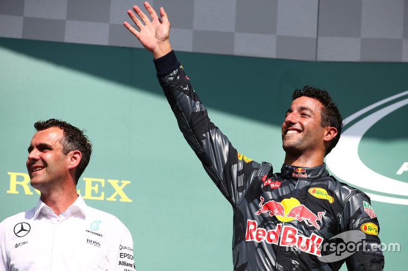 Podio: il secondo classificato Daniel Ricciardo, Red Bull Racing RB12