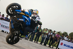 Aras Gibieza bei einer Stunt-Show in Kalkutta