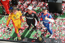 Podium: winnaar Will Power, Team Penske Chevrolet, tweede Mikhail Aleshin, Schmidt Peterson Motorspo