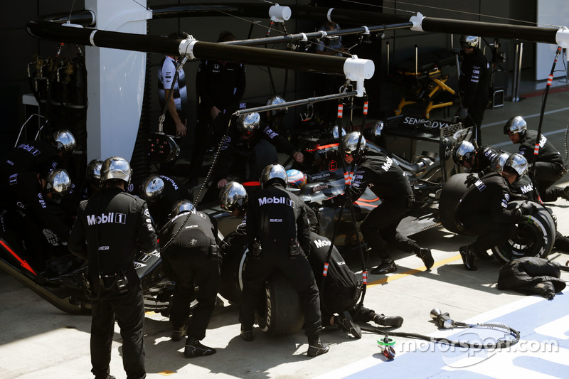 Fernando Alonso, McLaren MP4-31 fa un pit stop