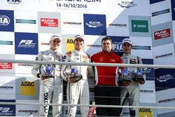 منصة الأبطال: البطل لانس سترول، بريما، المركز الثاني ماكسيميليان غونتر، بريما ، المركز الثالث جورج ر