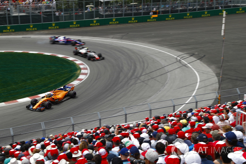 Fernando Alonso, McLaren MCL33, leads Kevin Magnussen, Haas F1 Team VF-18 and Pierre Gasly, Toro Rosso STR13