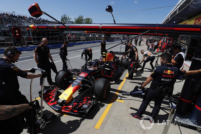 Max Verstappen, Red Bull Racing RB14, si ferma nella sua area pit stop
