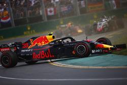 Max Verstappen, Red Bull Racing RB14 Tag Heuer, part en tête-à-queue devant Romain Grosjean, Haas F1 Team VF-18 Ferrari