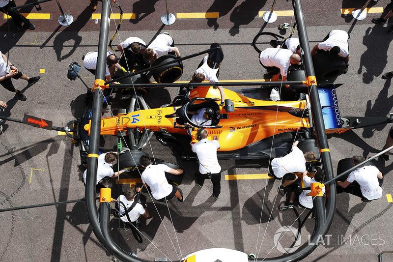 Práctica de pitstop en el McLaren MLC33 de Fernando Alonso