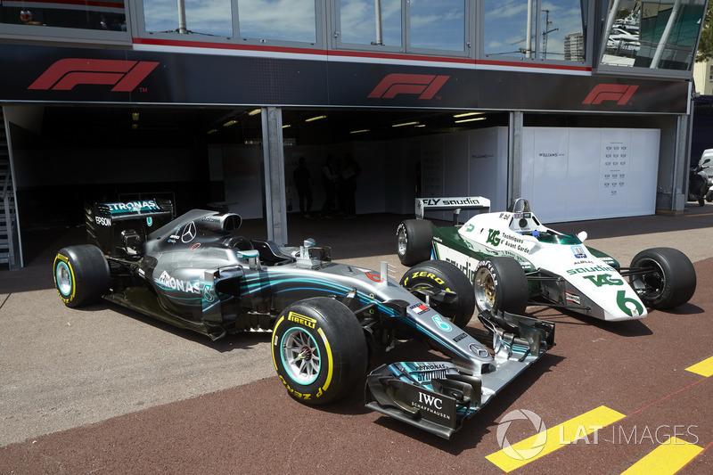 El Mercedes F1 W07 Hybrid del Campeón del Mundo de 2016 Nico Rosberg junto con el Williams FW08 conducido por su padre, el Campeón del Mundo 1982 Keke Rosberg