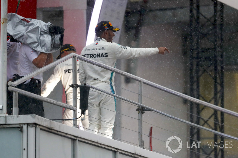 Lewis Hamilton, Mercedes AMG F1, merayakan kemenangan di podium