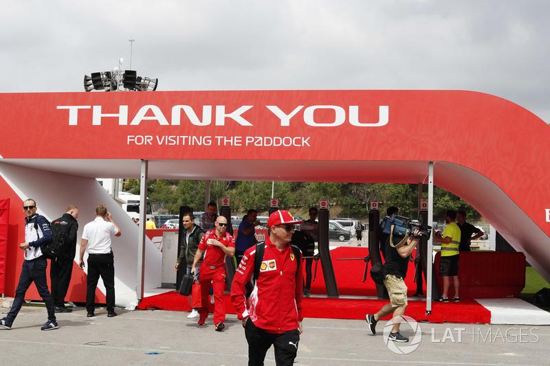 Kimi Raikkonen, Ferrari y Robert Kubica, Williams Martini Racing, llegan al paddock