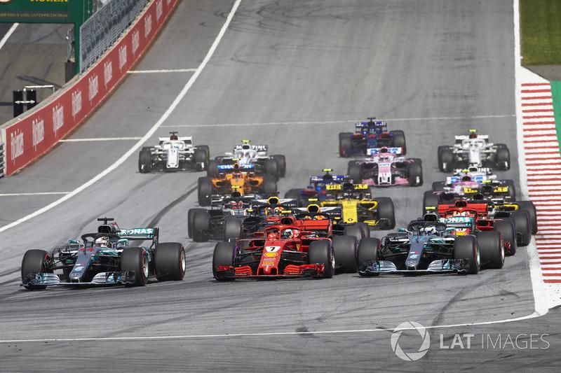 Lewis Hamilton, Mercedes AMG F1 W09, Sebastian Vettel, Ferrari SF71H, Valtteri Bottas, Mercedes AMG F1 W09, côte à côte au premier virage de la course