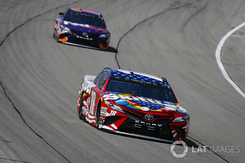 Kyle Busch, Joe Gibbs Racing, Toyota Camry Skittles Red White & Blue e Denny Hamlin, Joe Gibbs Racing, Toyota Camry FedEx Ground