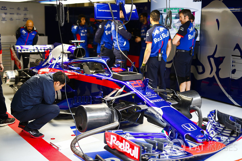 Engineers and the car Brendon Hartley, Toro Rosso STR13 Honda, in the garage