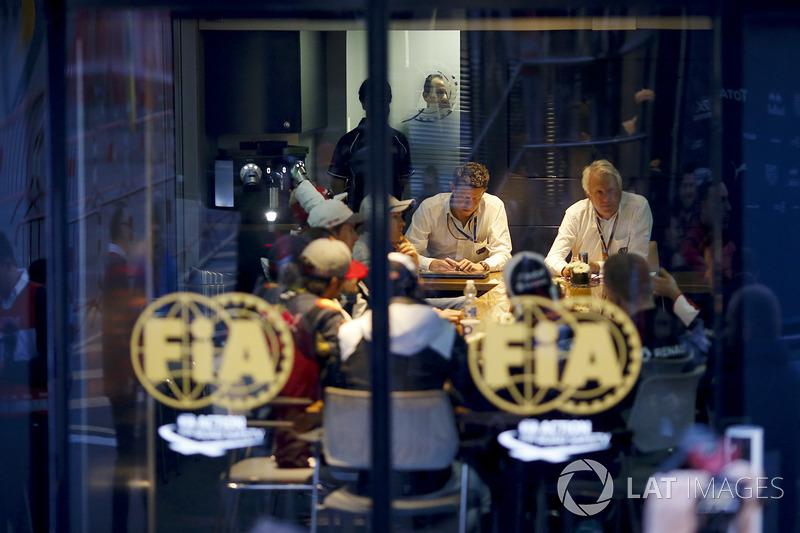 Charlie Whiting, FIA Delegesi, pilotlarla toplantıda