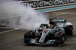 Le deuxième, Lewis Hamilton, Mercedes AMG F1, effectue des donuts