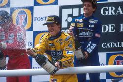 Podium: Michael Schumacher, Benetton, célèbre sa troisième place