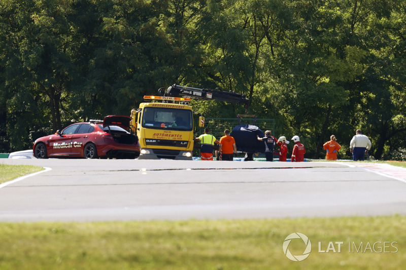 Marshals recover the car of Sean Gelael, Scuderia Toro Rosso STR12