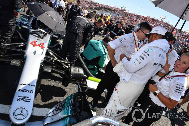Lewis Hamilton, Mercedes-Benz F1 W08 Hybrid en la parrilla