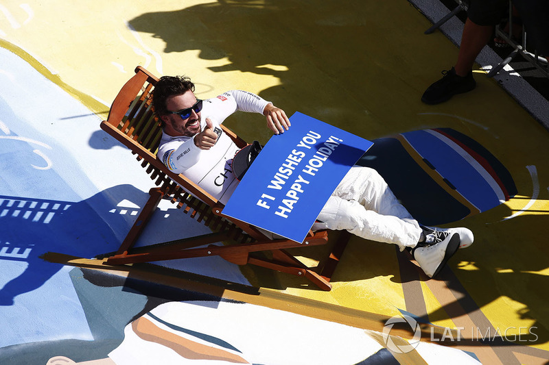 Fernando Alonso, McLaren, se relaja en una tumbona en parc ferme