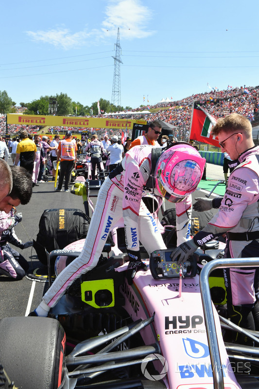 Esteban Ocon, Force India VJM10 en la parrilla