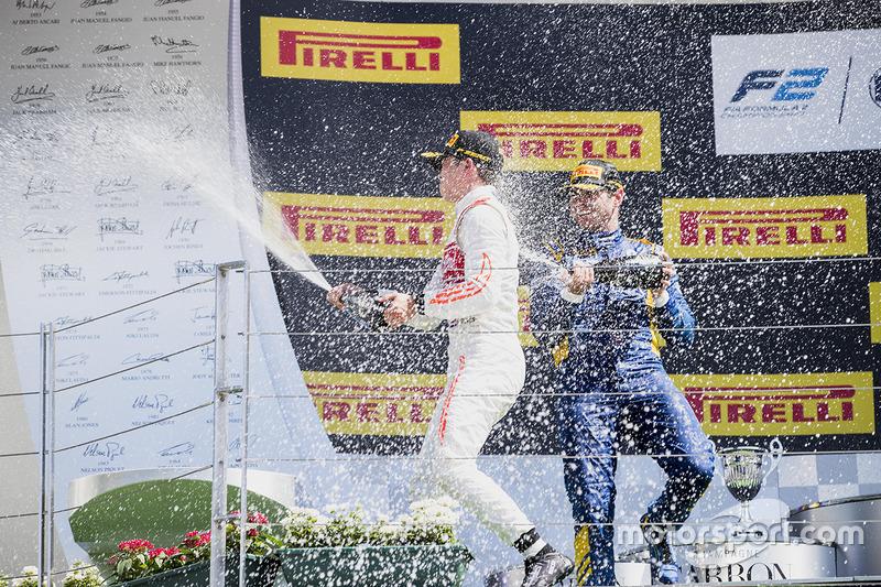 Podio: ganador de la carrera Nobuharu Matsushita, ART Grand Prix, segundo lugar Oliver Rowland, DAMS, tercer lugar Nyck De Vries, Rapax