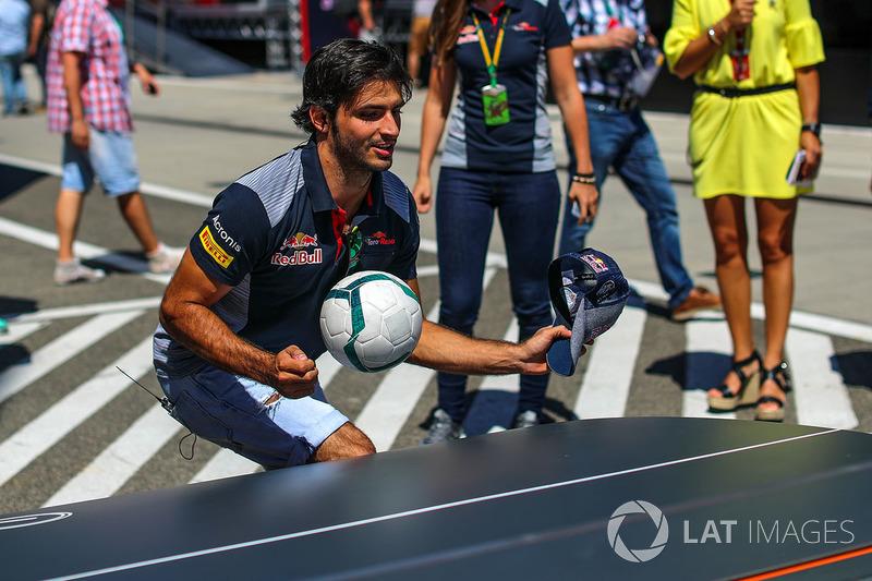 Карлос Сайнс-молодший, Scuderia Toro Rosso грає у футбол