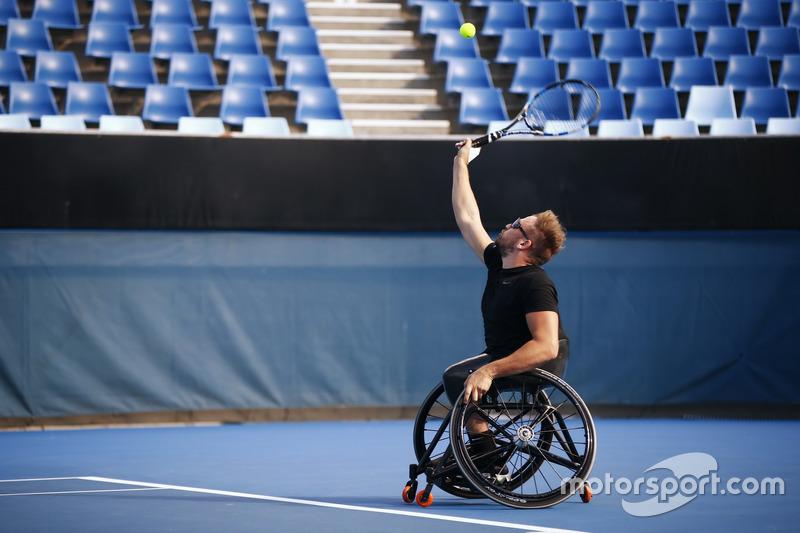 Romain Grosjean, Haas F1 Team, spielt Tennis mit Paralympics-Sieger Dylan Alcott