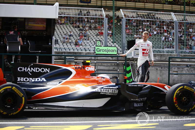 Kevin Magnussen, Haas F1 Team, Sube a la pared del pit mientras pasa como Stoffel Vandoorne, McLaren MCL32