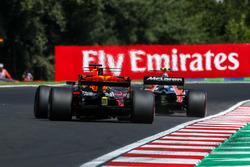 Stoffel Vandoorne, McLaren MCL32 et Daniel Ricciardo, Red Bull Racing RB13