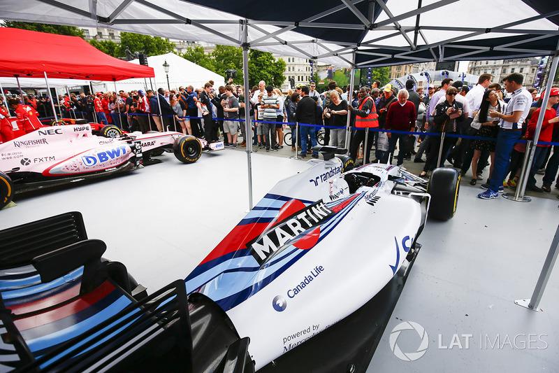 El Williams FW40 en el stand de los equipos