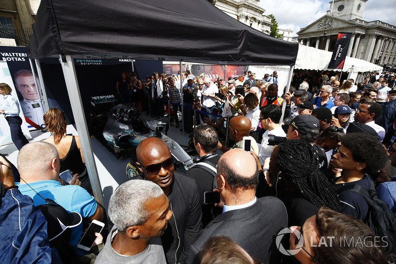 Уболівальники біля Mercedes AMG F1 W08