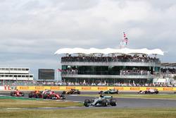 Start action, Lewis Hamilton, Mercedes F1 W08 leads