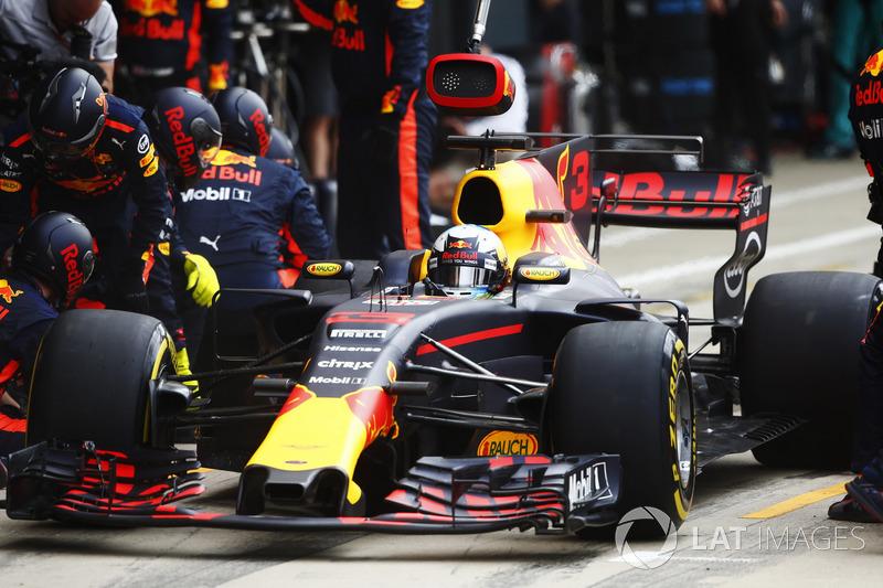 Daniel Ricciardo, Red Bull Racing RB13, pit stop action
