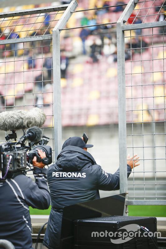 Lewis Hamilton, Mercedes AMG, winkt den Fans zu