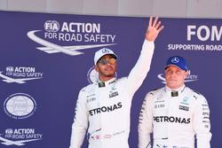 Ganador de la pole Lewis Hamilton, Mercedes AMG F1, tercero Valtteri Bottas, Mercedes AMG F1