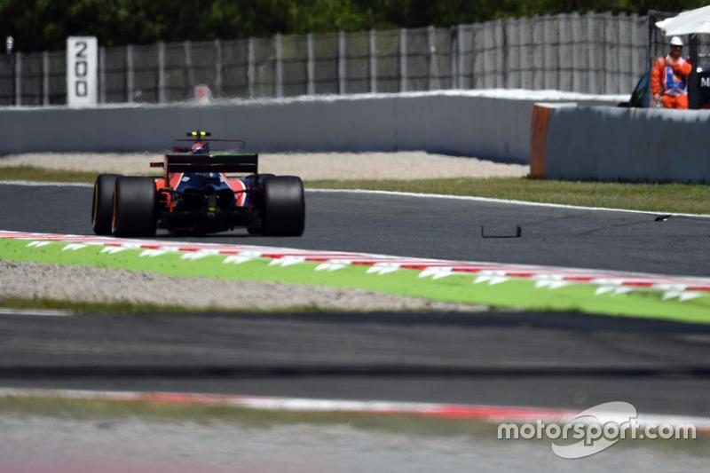 Stoffel Vandoorne, McLaren MCL32 passes debris on track