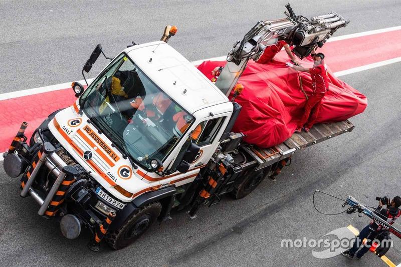 El accidentado Ferrari SF70H de Kimi Raikkonen, en la grúa