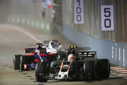 Kevin Magnussen, Haas F1 Team VF-17 leads Daniil Kvyat, Scuderia Toro Rosso STR12 and Lance Stroll, Williams FW40.