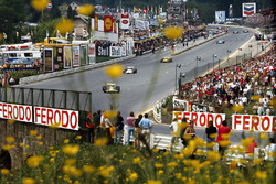 Jack Brabham, Brabham, frente a f Jackie Oliver, BRM, Ronnie Peterson, March, y Henri Pescarolo, Matra