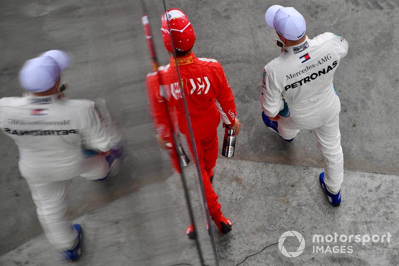 Sebastian Vettel, Ferrari et Valtteri Bottas, Mercedes AMG F1 dans le Parc Fermé