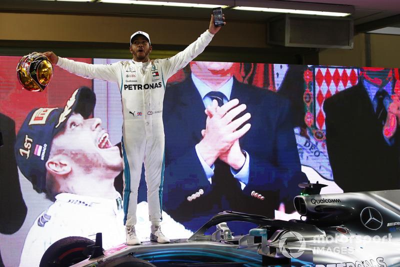 Lewis Hamilton, Mercedes AMG F1 W09 EQ Power+, celebra después de ganar la carrera