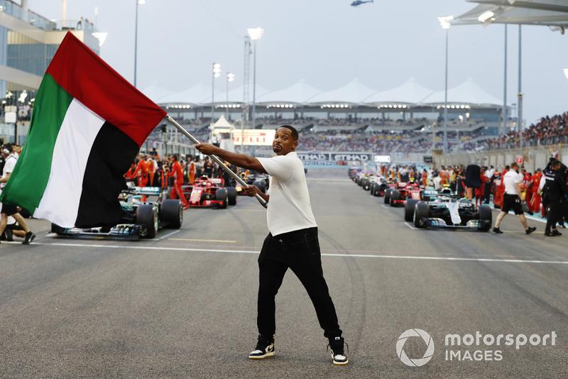 El actor Will Smith ondea la bandera de los EAU antes del comienzo