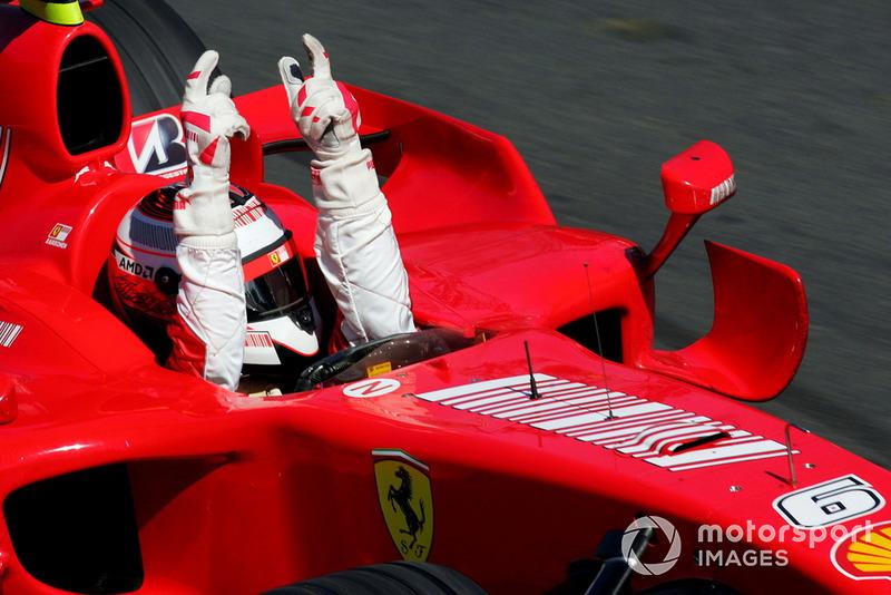 Ganador de la carrera Kimi Raikkonen, Ferrari F2007 se lleva la bandera a cuadros