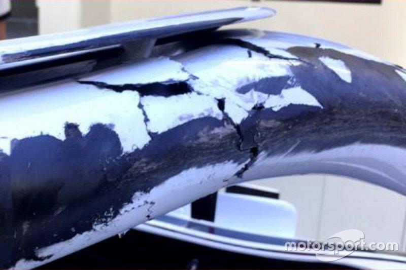 Marcas de neumáticos en el halo y el chasis de Charles Leclerc, Sauber