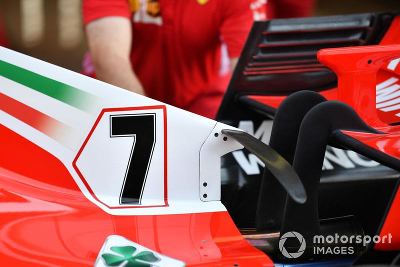 No es un concepto nuevo, pero vale la pena señalar el T-Wing arqueado de Ferrari, colgado de su cubierta del motor