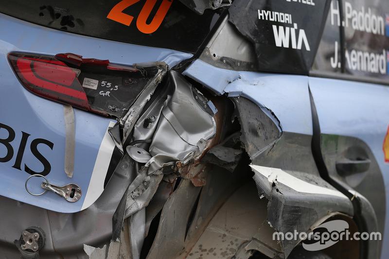 L'auto danneggiata di Hayden Paddon, John Kennard, Hyundai i20 WRC, Hyundai Motorsport
